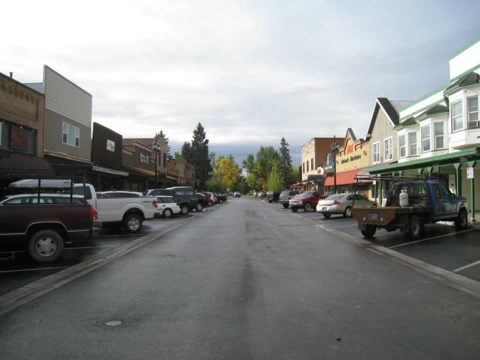 tipica small town americana con taverna, negozio di ferramenta, piccolo bar e supermercato. Questa è Whitefish, in Montana. (foto di Elena Refraschini)